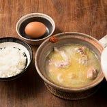 土鍋料理では赤鶏さつまの骨付き肉を使用。