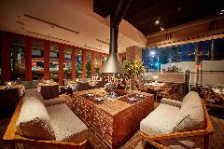 暖炉のあるオープンテラスレストラン