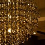 《シャンデリア》 ステンレススプーンのシャンデリアが輝く空間