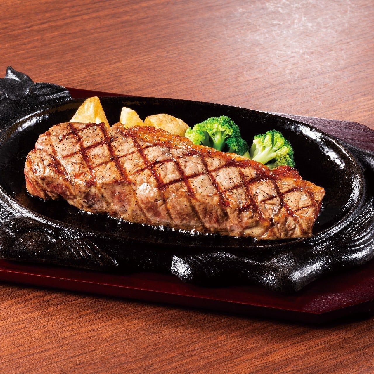 噛みしめるほど、旨味があふれるジューシーなステーキです。