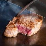 目の前で焼き上げる迫力ある鉄板料理を