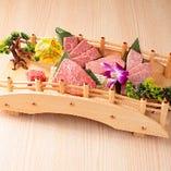 見た目にもこだわった 定番のお肉の舟盛り。