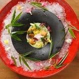 厳選した季節の食材を使用した自慢の創作料理を堪能