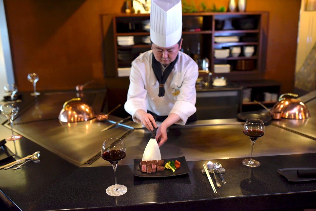 目の前で豪快に焼かれる厳選料理を、ランチでお得に味わえます。