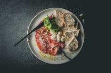 自家製牛肉の生ハムと水牛モッツァレラ 軽いトリュフとくるみパン