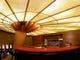一階オープン席の天井、有名デザイナーによる内装