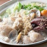 アサリだしのもつ鍋はあっさりしていながら深い味わい!