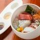 生マグロ他本日のお刺身。煮切り酒、醤油、塩の3種で
