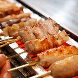 豚の網脂で巻いて旨味を閉じ込めて焼いた串焼きは、絶品!