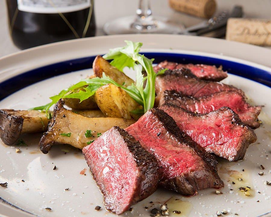 火力が強い備長炭でお肉の旨みを閉じ込めた炭火料理は必食です