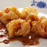 当店自慢のぷりぷり海老の甘酢唐辛子炒めはおすすめ。