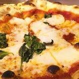 専用ガス釜で焼き上げる自慢の自家製ピザはアツアツモチモチッ!