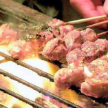 ブランド地鶏である「瀬戸赤どり」を本格炭火焼きで。