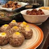 ズラリと並ぶおばんざい料理には旬の一品料理が並ぶ。