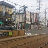 函館市電「湯の川」駅を降りると、すぐにお店が見えます。