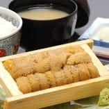 人気メニューの生うに飯は1,700円で圧倒的なボリューム!