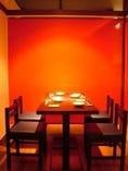 朱の色で仕切られた2階は 全席半個室。ごゆるりと・・・