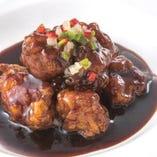 大人気の黒酢の酢豚!黒酢の香りが食欲を引き立てます。