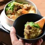 自慢の鶏釜飯をお試しください。お食事の〆にもってこいです。