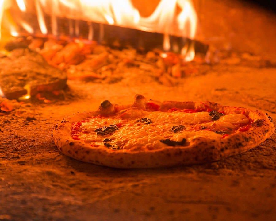 石窯で薪を使って焼く本格ピッツァ