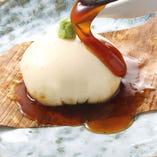 元祖 もっちり豆冨 480円(税抜) チーズのようだけどチーズじゃない、プルプルでクリーミーな食感がクセになります。みたらし餡で召し上がれ。
