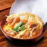 伊達鶏と奥久慈卵の親子丼 850円(税抜) 奥久慈卵は茨城県常陸大宮市の地卵。徹底した衛生管理の下、100%天然飼料で元気に育った鶏から産まれた安全・安心の卵です。濃厚でコクがあるからおいしい!