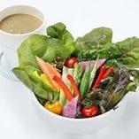 産地直送 減農薬野菜のバーニャカウダ 780円(税抜) 甘くみずみずしい食感をお楽しみください。アンチョビ、トマト、ジンジャー。お好みのソースでどうぞ。