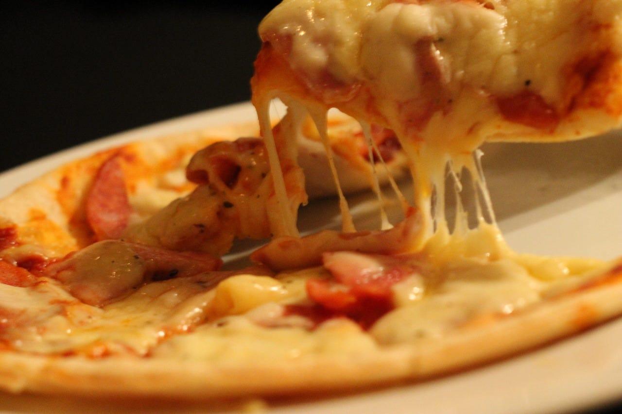 たっぷりチーズと自家製スモーク TABIDOピザ