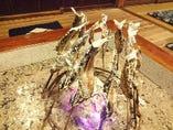 囲炉裏で火を通した絶品の山女や鮎。口いっぱいにほおばって。
