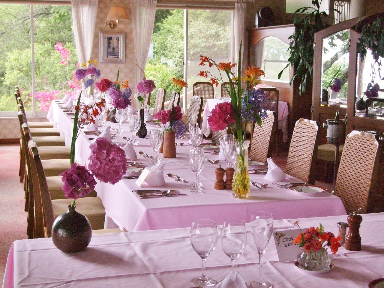 ご結婚のお祝いお食事会のテーブル