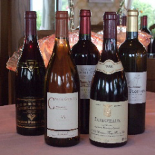 地下のセラーでは50種類のワインが静かに瓶熟成を重ねて、ご注文をお待ちしています