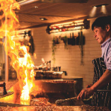 料理人が目の前で調理するライブビュッフェレストラン