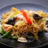 魚介と野菜をふんだんに使った人気メニューのあんかけ皿うどん