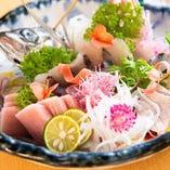 その日に仕入れた新鮮な魚をお造り盛り合わせで