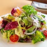 毎日仕入れる新鮮な京野菜をふんだんに盛り込んだサラダ