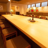 店内中央にある長方形の大テーブル