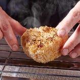 炭焼きグリルを使うから焼きおにぎりも外はこんがり中は熱々。