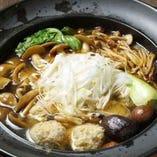 鶏のつみれやキノコ、季節野菜がたっぷり入ったヘルシーなスープ