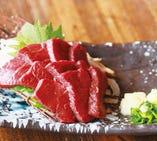 通期間で人気の逸品料理『馬刺し赤身』脂身が少なく濃厚な味。