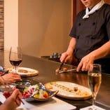 目の前でシェフがお客様のペースに合わせて食材を焼き上げます