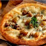 4種チーズと焼き栗のピザ