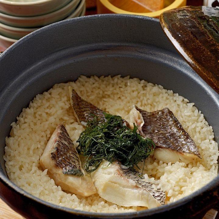 土鍋で炊き上げた鯛めしや旬魚の刺身など盛り沢山のコース