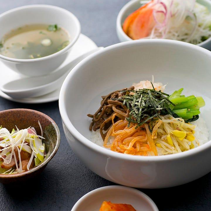 ピビンパや韓国冷麺やチゲなど、コリアンランチもございます