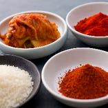 辛味と酸味を担うのは自家製キムチ。日本産と韓国産の2種唐辛子を同時に使い浅漬けのようなあっさり風味に。焼肉を一層美味しくする名脇役です★