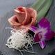 バラの花を模した特選塩タンの肉ケーキ