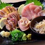 ももとむねの食感と味の違いが楽しめる鶏刺身2種盛り。