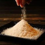 能登半島「揚浜式塩田」天然塩などをブレンドしたオリジナル塩