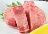 厚切り牛タンは表面をあぶってレモンをお好みで絞ってどうぞ!