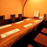 欅(けやき)の一枚板を卓に使用する個室
