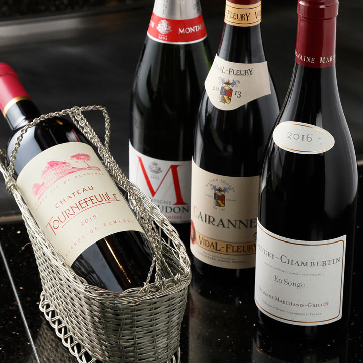 約40種の厳選ワインやウイスキー